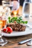 Μπριζόλα βόειου κρέατος juicy μπριζόλα βόειου κρέατος Γαστρονομική μπριζόλα με τα λαχανικά και το ποτήρι του ροδαλού κρασιού στον Στοκ φωτογραφίες με δικαίωμα ελεύθερης χρήσης