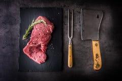Μπριζόλα γλουτών Ακατέργαστη μπριζόλα βόειου κρέατος Η ακατέργαστη μπριζόλα βόειου κρέατος με το αλατισμένο πιπέρι αυξήθηκε Στοκ Εικόνα