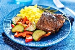 Μπριζόλα με τα λαχανικά και το γεύμα ρυζιού Στοκ φωτογραφία με δικαίωμα ελεύθερης χρήσης