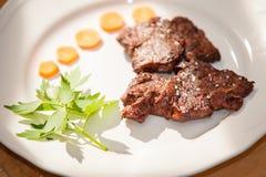 Μπριζόλα με τα καρότα στο άσπρο πιάτο Στοκ εικόνα με δικαίωμα ελεύθερης χρήσης