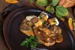 Μπριζόλα με τις μπουλέττες πατατών και τη δασική σάλτσα μανιταριών στοκ φωτογραφία με δικαίωμα ελεύθερης χρήσης