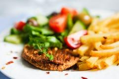Μπριζόλα με τις τηγανιτές πατάτες και τη σαλάτα Στοκ Φωτογραφία