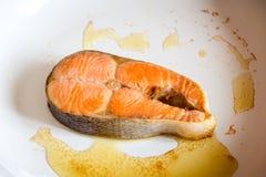 Μπριζόλα σολομών που τηγανίζεται στο τηγάνι Στοκ Εικόνες