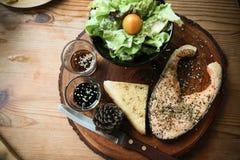 Μπριζόλα σολομών στον ξύλινο πίνακα στο εστιατόριο, φρέσκια μπριζόλα για τα υγιή τρόφιμα, καθαρά τρόφιμα ή φρέσκα τρόφιμα για τη  Στοκ Φωτογραφία