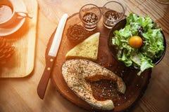 Μπριζόλα σολομών στον ξύλινο πίνακα στο εστιατόριο, φρέσκια μπριζόλα για τα υγιή τρόφιμα και καθαρά φρέσκων τρόφιμα τροφίμων ή γι Στοκ Φωτογραφίες