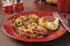 Μπριζόλα του Σαλίσμπερυ με πράσινο casserole φασολιών στοκ φωτογραφία με δικαίωμα ελεύθερης χρήσης