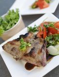Μπριζόλα χοιρινού κρέατος, κύπελλο μαϊντανού και λαχανικά Στοκ Εικόνες