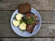 Μπριζόλα χοιρινού κρέατος με τις πατάτες και το ψωμί 2 Στοκ Εικόνες