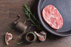 Μπριζόλα χοιρινού κρέατος με το δεντρολίβανο, το σκόρδο και το πιπέρι, τοπ άποψη Στοκ φωτογραφία με δικαίωμα ελεύθερης χρήσης