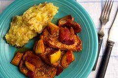 Μπριζόλα χοιρινού κρέατος με το κρεμμύδι και appels Στοκ Φωτογραφίες