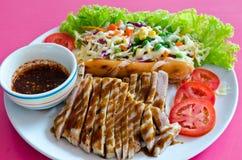 Μπριζόλα χοιρινού κρέατος με το λουκάνικο Στοκ φωτογραφία με δικαίωμα ελεύθερης χρήσης
