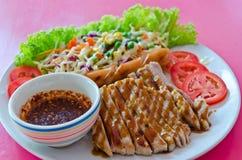 Μπριζόλα χοιρινού κρέατος με το λουκάνικο Στοκ Εικόνα