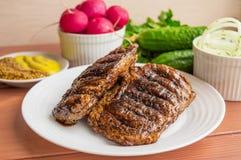 Μπριζόλα χοιρινού κρέατος, που ψήνεται στη σχάρα Στοκ φωτογραφία με δικαίωμα ελεύθερης χρήσης