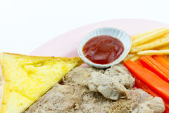 Μπριζόλα χοιρινού κρέατος, τηγανιτές πατάτες, κέτσαπ, ψωμί, άσπρο υπόβαθρο Στοκ εικόνα με δικαίωμα ελεύθερης χρήσης