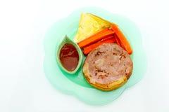 Μπριζόλα χοιρινού κρέατος, τηγανιτές πατάτες, κέτσαπ, ψωμί, άσπρο υπόβαθρο Στοκ Φωτογραφίες