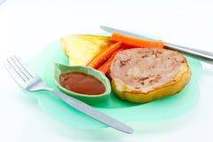 Μπριζόλα χοιρινού κρέατος, τηγανιτές πατάτες, κέτσαπ, ψωμί, άσπρο υπόβαθρο Στοκ φωτογραφία με δικαίωμα ελεύθερης χρήσης