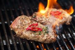 Μπριζόλα χοιρινού κρέατος bbq στη σχάρα με τη φλόγα Στοκ Εικόνα