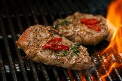 Μπριζόλα χοιρινού κρέατος bbq στη σχάρα με τη φλόγα Στοκ Εικόνες