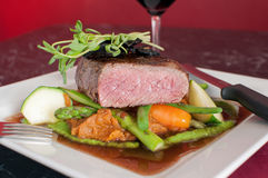 Μπριζόλα λωρίδων βόειου κρέατος με λεπτό να δειπνήσει λαχανικών Στοκ εικόνες με δικαίωμα ελεύθερης χρήσης
