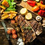 Μπριζόλα Porterhouse με τα ανάμεικτα λαχανικά ψητού Στοκ Εικόνες