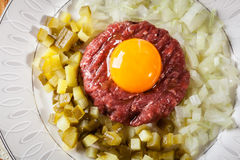 Μπριζόλα tartare με το λέκιθο, τα κρεμμύδια και τα τουρσιά αυγών Στοκ εικόνα με δικαίωμα ελεύθερης χρήσης