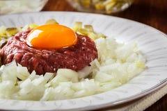 Μπριζόλα tartare με το λέκιθο, τα κρεμμύδια και τα τουρσιά αυγών Στοκ Εικόνες