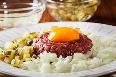 Μπριζόλα tartare με το λέκιθο, τα κρεμμύδια και τα τουρσιά αυγών Στοκ Φωτογραφίες