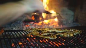 Μπριζόλες αρνιών στη σχάρα με το χέρι μαγείρων απόθεμα βίντεο