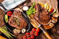 Μπριζόλες βόειου κρέατος με τα ψημένα στη σχάρα λαχανικά Στοκ Εικόνες