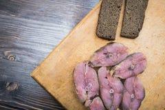 Μπριζόλες των κόκκινων καπνισμένων ψαριών και του μαύρου ψωμιού στοκ φωτογραφία με δικαίωμα ελεύθερης χρήσης