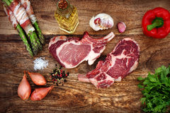 Μπριζόλες χοιρινού κρέατος με τα συστατικά Στοκ φωτογραφία με δικαίωμα ελεύθερης χρήσης