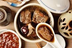 Μπριζόλες χοιρινού κρέατος στην κινεζική σούπα ιατρικής Στοκ φωτογραφία με δικαίωμα ελεύθερης χρήσης