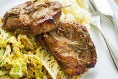 Μπριζόλες χοιρινού κρέατος στο λάχανο Στοκ εικόνα με δικαίωμα ελεύθερης χρήσης