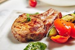 Μπριζόλες χοιρινού κρέατος σχαρών Στοκ φωτογραφία με δικαίωμα ελεύθερης χρήσης