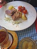 Μπριζόλες χοιρινού κρέατος της Apple με τις πατάτες Στοκ Εικόνες
