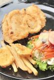 Μπριζόλες ψαριών και φυτική σαλάτα με τις τηγανιτές πατάτες Στοκ Φωτογραφία