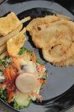 Μπριζόλες ψαριών και φυτική σαλάτα με τις τηγανιτές πατάτες Στοκ φωτογραφία με δικαίωμα ελεύθερης χρήσης
