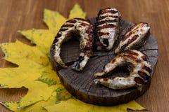 Μπριζόλες ψαριών που τηγανίζονται στη σχάρα Στοκ Εικόνες