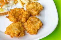 Μπριζόλες ψαριών, τηγανιτές πατάτες με τη σαλάτα λαχανικών Στοκ Φωτογραφίες