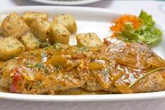 Μπριζόλες ψαριών τόνου σε ένα πιάτο Στοκ Εικόνες