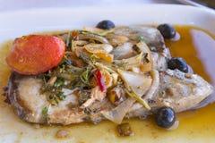 Μπριζόλες ψαριών τόνου σε ένα πιάτο Στοκ εικόνες με δικαίωμα ελεύθερης χρήσης