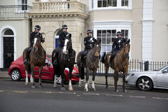 ΜΠΡΙΣΤΟΛ, UK - 18 ΔΕΚΕΜΒΡΊΟΥ: Έφιππη αστυνομία που στέκεται έξω από τα κτήρια Στοκ εικόνα με δικαίωμα ελεύθερης χρήσης