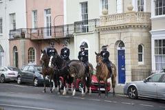 ΜΠΡΙΣΤΟΛ, UK - 18 ΔΕΚΕΜΒΡΊΟΥ: Έφιππη αστυνομία που στέκεται έξω από τα κτήρια Στοκ φωτογραφία με δικαίωμα ελεύθερης χρήσης