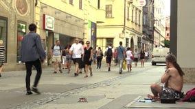 ΜΠΡΝΟ, ΔΗΜΟΚΡΑΤΊΑ ΤΗΣ ΤΣΕΧΊΑΣ, ΣΤΙΣ 14 ΙΟΥΝΊΟΥ 2015: Ένα άτομο παίζει το didgeridoo στην οδό, αυθεντικός συναισθηματικός πραγματι φιλμ μικρού μήκους