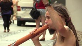 ΜΠΡΝΟ, ΔΗΜΟΚΡΑΤΊΑ ΤΗΣ ΤΣΕΧΊΑΣ, ΣΤΙΣ 14 ΙΟΥΝΊΟΥ 2015: Ένα άτομο παίζει το didgeridoo στην οδό, αυθεντικός συναισθηματικός πραγματι απόθεμα βίντεο