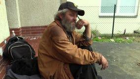 ΜΠΡΝΟ, ΔΗΜΟΚΡΑΤΊΑ ΤΗΣ ΤΣΕΧΊΑΣ, ΣΤΙΣ 11 ΣΕΠΤΕΜΒΡΊΟΥ 2014: Οι αυθεντικές συγκινήσεις των φτωχών αστέγων στην κατάθλιψη απόθεμα βίντεο