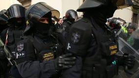 ΜΠΡΝΟ, ΔΗΜΟΚΡΑΤΊΑ ΤΗΣ ΤΣΕΧΊΑΣ, ΤΗΝ 1Η ΜΑΐΟΥ 2017: Η μονάδα ταραχής αστυνομίας επιτηρεί, επίδειξη των ριζικών εξτρεμιστών, ενάντια απόθεμα βίντεο