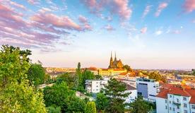 Μπρνο, Τσεχία: Το ηλιοβασίλεμα άνω του ST Peter και ο καθεδρικός ναός Petrov του Paul σε τοπικό μιλούν Ιστορική και αρχαία θρησκε στοκ εικόνα με δικαίωμα ελεύθερης χρήσης