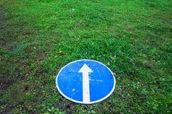 Μπροστά μόνο, στρογγυλό μπλε οδικό σημάδι, έννοια Στοκ Εικόνες