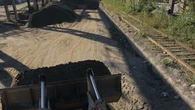 Μπροστινές εγκαταστάσεις και απαλλαγές γύρων φορτωτών η άμμος στην αποθήκη απόθεμα βίντεο
